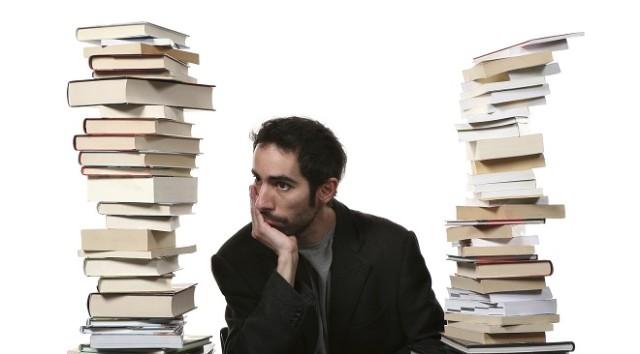 homme avec des livres